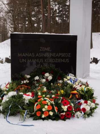 Фото: Памятная церемония на мемориале в Бикерниеки
