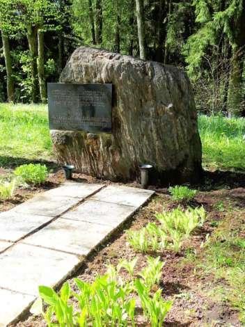 Памятное место убитым евреям Огре приведено в порядок